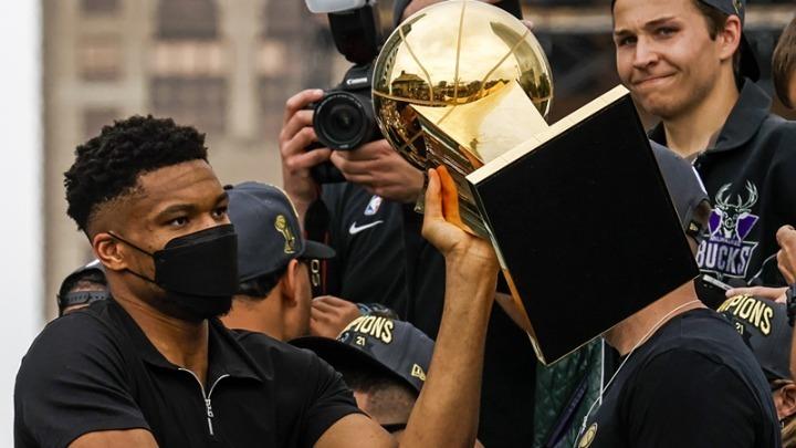 Στην Ακρόπολη με το τρόπαιο του πρωταθλητή NBA οι Αντετοκούνμπο- Μαζί και η μητέρα τους