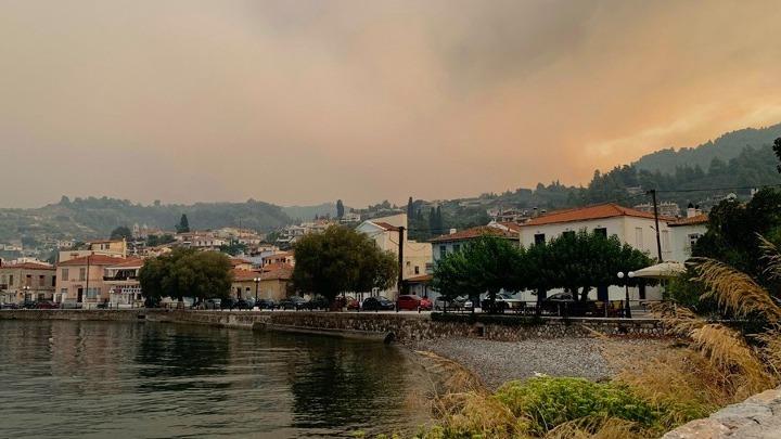 Μάχη με τις φλόγες στην Εύβοια. Χτυπούν οι καμπάνες για την εκκένωση του χωριού Κεχριές (Βίντεο)