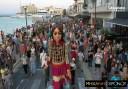 """Η """"προσφυγοπούλα"""" Αμάλ στη Χίο. Γιατί η κούκλα – σύμβολο ύψους 3,5 μέτρων θα διανύσει 8000 χλμ σε ένα χρόνο"""