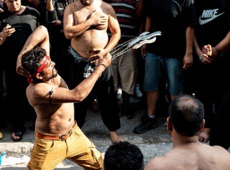 Δεκάδες σιίτες Μουσουλμάνοι αυτομαστιγώθηκαν στον Πειραιά. Τι είναι το έθιμο της Ασούρα (φωτο)