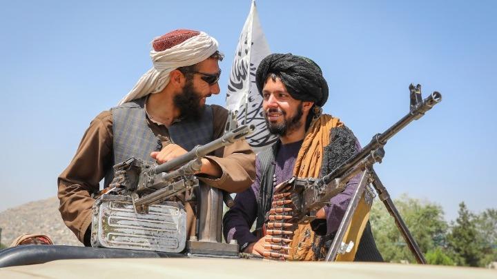 Παράξενες εικόνες από Αφγανιστάν. Ένοπλοι Ταλιμπάν διασκεδάζουν σε λούνα παρκ με συγκρουόμενα και αλογάκια