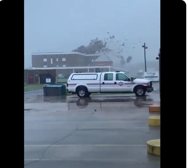 """Η στιγμή που ο τυφώνας Άιντα ξηλώνει την οροφή νοσοκομείου. Σε """"κατάσταση καταστροφής"""" κηρύχθηκε η Λουιζιάνα"""
