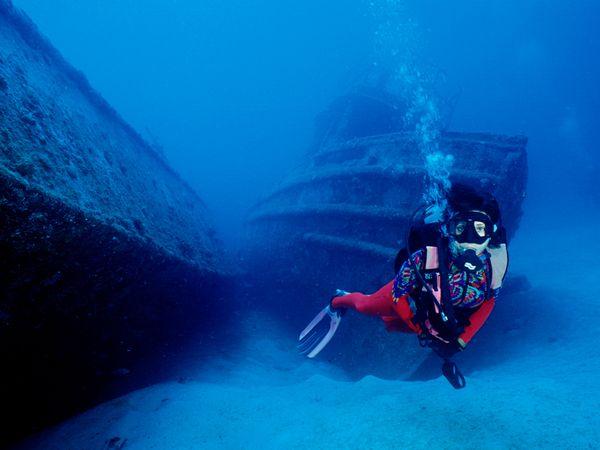 sunken-boats-diver_39000_600x450