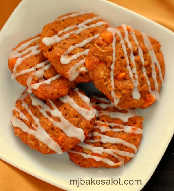 Super easy pumpkin spice oatmeal cookies are packed with flavor and are perfect any time of year with a healthy dose of fiber and antioxidants. Serve them plain or jazzed up with a simple drizzle of icing. | mjbakesalot.com