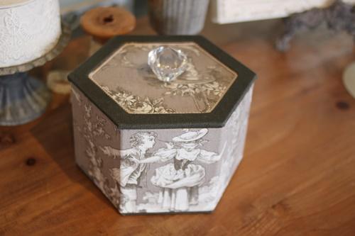 トワルドジュイ柄六角形の箱