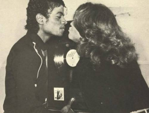 442687-michael-jackson-michael-jackson-and-jane-fonda-smootching