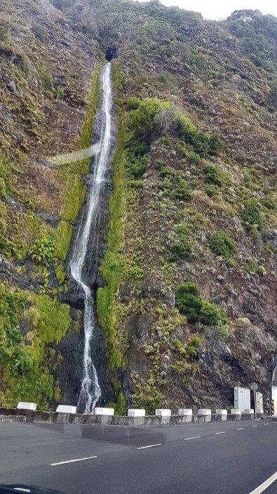 Une belle cascade le long de la voie rapide