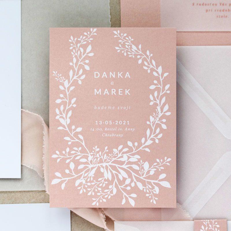 svadobné oznámenie a pozvanie k stolu s motívom ruže v odtieni dusty rose