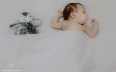 Une séance photo de naissance en noir et blanc