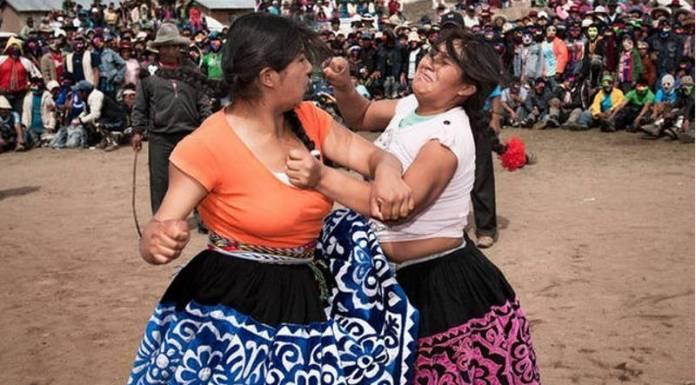 În fiecare an, de Crăciun, oamenii din Peru se iau la bătaie pentru a-și rezolva problemele (VIDEO)