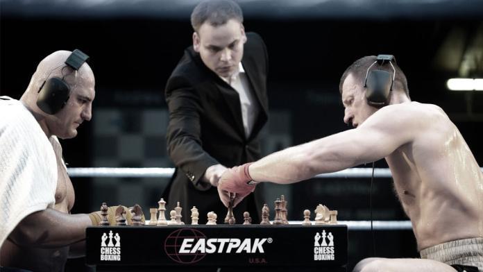 Chess Boxing sau mai bine zis în română, Șah Box(ând) este sportul în care luptătorii se bat și joacă șah pentru a câștiga lupta! (VIDEO)