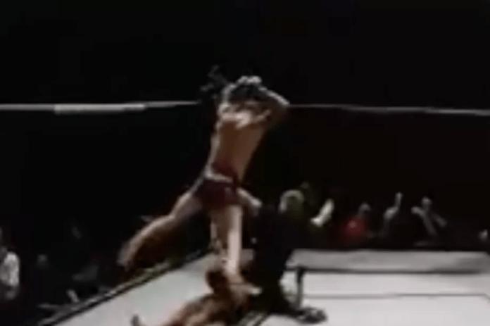 Luptător descalificat pentru că a sărit peste adversarul său care era inconștient (VIDEO)