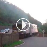 NON CI RESTA CHE PIANGERE | E il treno passò con la sbarra alzata (VIDEO)