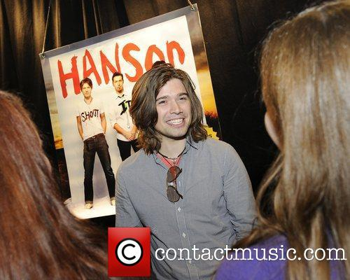 zac-hanson-hanson-acoustic-performance-amp-autograph-session_3812706