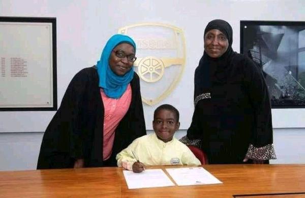 Munir Sada signs for Arsenal 1
