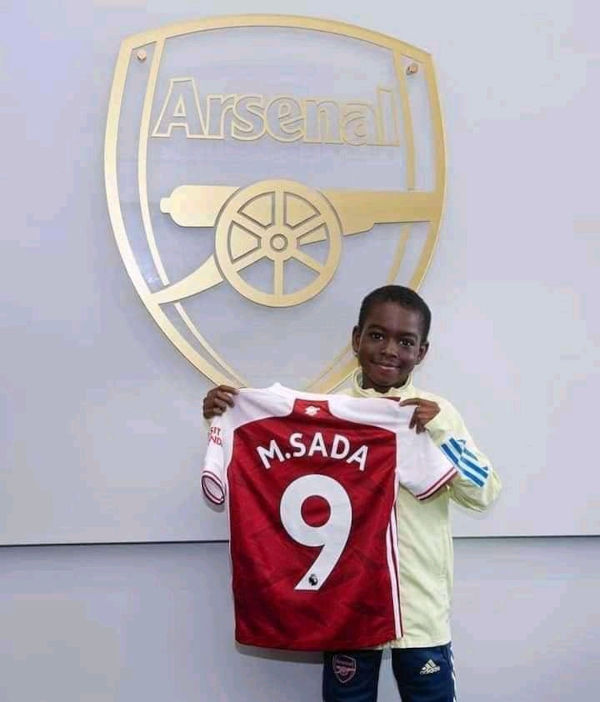 Munir Sada signs for Arsenal 4