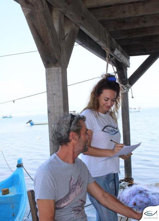 La investigadora de iSea Zoi Mylona realizando la encuesta en Macedonia central, norte de Grecia. Imagen de iSea