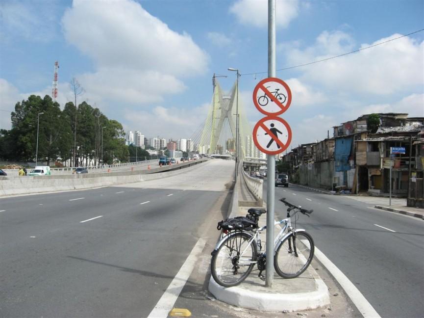 Acesso à ponte: circulação de pedestres e bicicletas é proibida. Foto: André Pasqualini / CicloBR