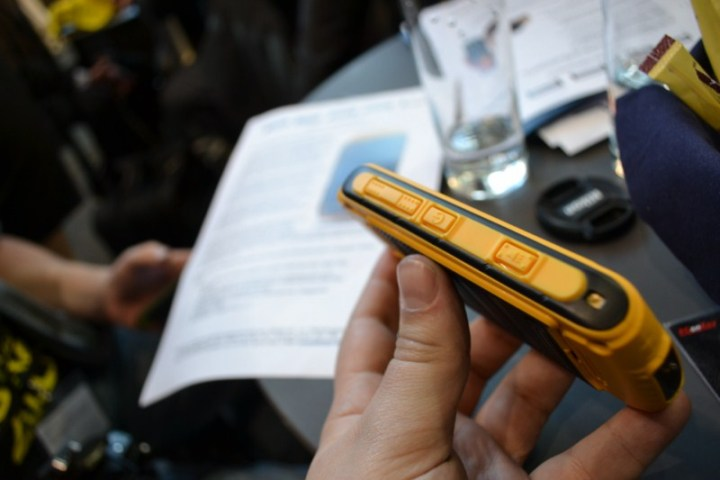 PX-3474_simvalley_MOBILE_Dual-SIM-Outdoor-Smartphone_SPT-800_3G_yellow (9)