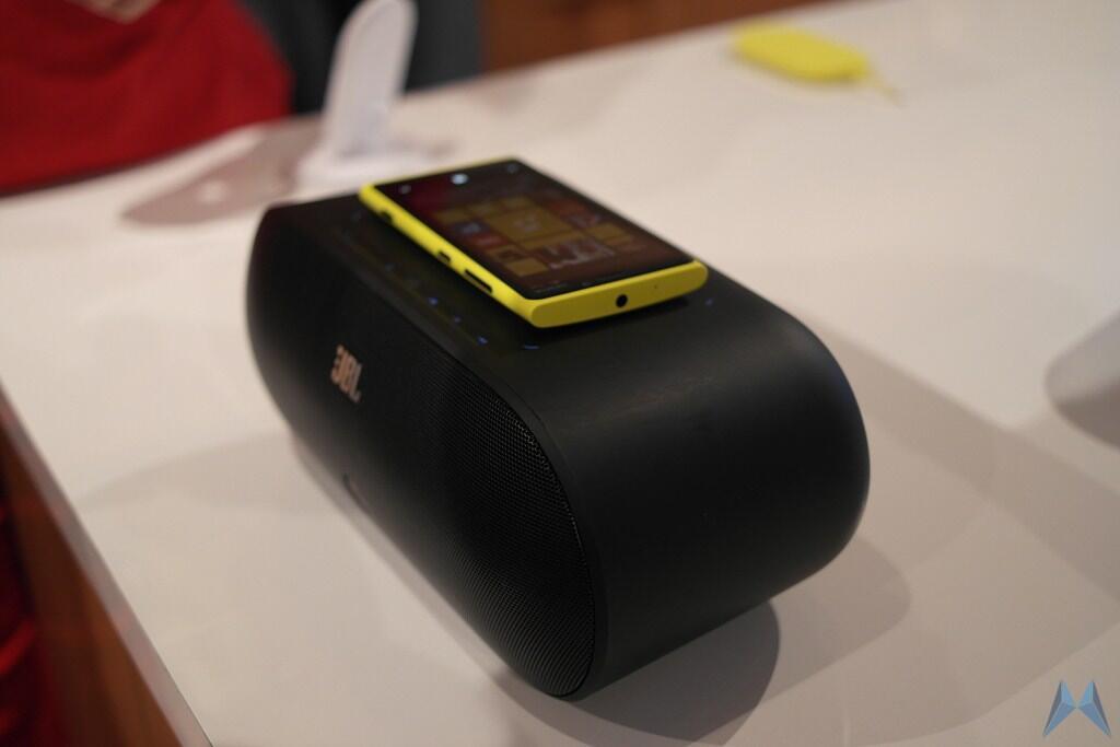 jbl lautsprecher mit nfc und wireless charging f r die neuen windows phones von nokia video. Black Bedroom Furniture Sets. Home Design Ideas