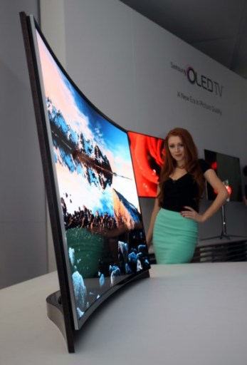 Curved_OLED_TV Model_Photo_4 4