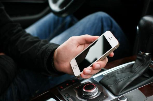 picjumbo.com_iOS_iPhone_Car_Auto