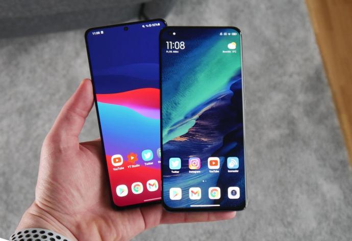Samsung Galaxy S21 Ultra Xiaomi Mi 11 Front Hand