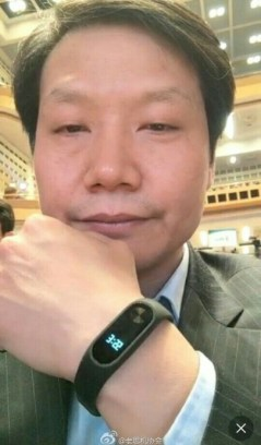 xiaomi-ceo-shows-off-xiaomi-mi-band-2