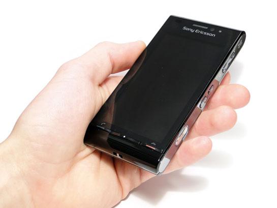 Sony Ericsson Satio kädessä