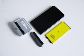 LG G5 purettu osiin. Mukana alkuperäinen alaosa, akku sekä Cam Plus -lisäosa.