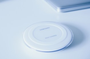 Samsung Galaxy Wireless Fast Charge Pad in Weiß