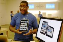Apple Store employee with the iPad - Photo: Flickr