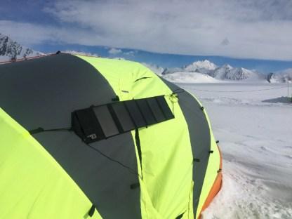 Sammenleggbart solcellepanel på telttak på Sydpolen