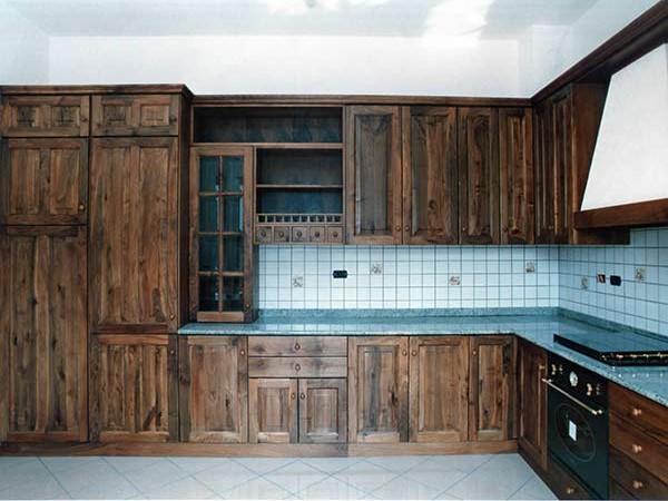 Piatti, tazze e contenitori vari sono pensili che non possono ovviamente mai mancare in una cucina. Cucine In Legno Forli Ravenna Produzione Artigianale Su Misura Mobili Pensili Rustici