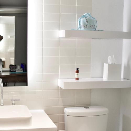 Ad esempio, per un bagno piccolo bisogna sapere su quale parete dipingerlo, per non. Come Abbellire Il Bagno 4 Idee Pratiche E Ricche Di Stile Rebecca Mobili