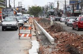 Ciclovia em construção na rua João Firmino