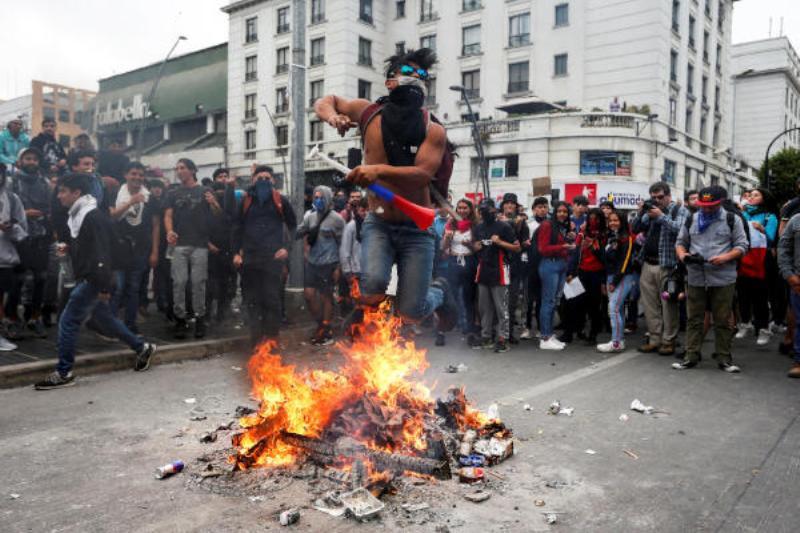 تظاهرات تشيلى - متظاهرون يحرقون جامعة