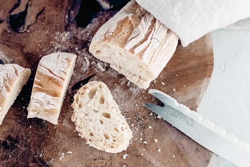 aufgeschnittenes Baguette - außen knusprig innen weich