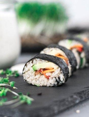 Quinoa Maki auf Schieferplatte angerichtet mit Kresse garniert