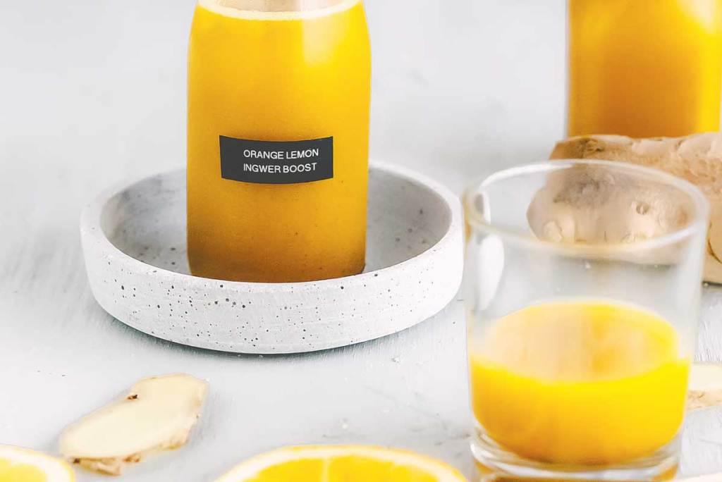 Fläschchen mit Ingwer Orangen Shot. Der Energie Booster in der kalten Jahreszeit
