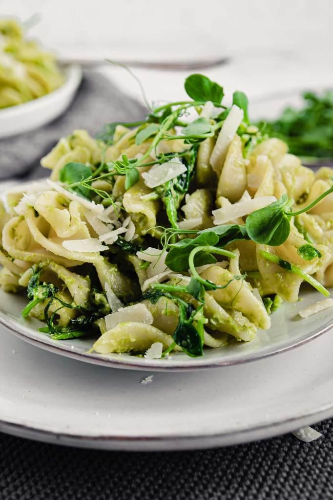 Pasta mit Pesto aus Erbsen und Microgreens