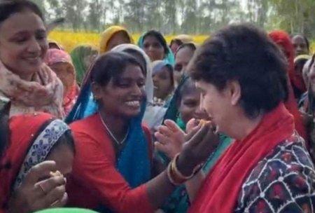 Priyanka Gandhi Speaks In Barabanki. – बाराबंकी: प्रियंका गांधी को अपने हाथों से पराठा खिल ...