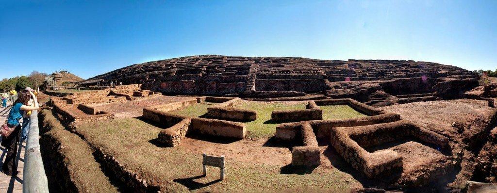 Turistas visitando o Forte de Samaipata - Foto do fotógrafo Eduardo Tain Daza