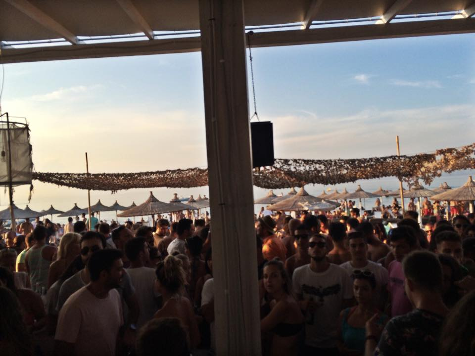 Umbrellas-beach-bar-Pefkohori-party