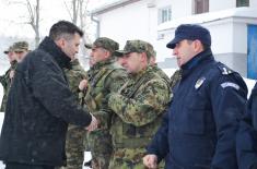 Министар одбране на Божић са припадницима Заједничких снага на граници са Бугарском