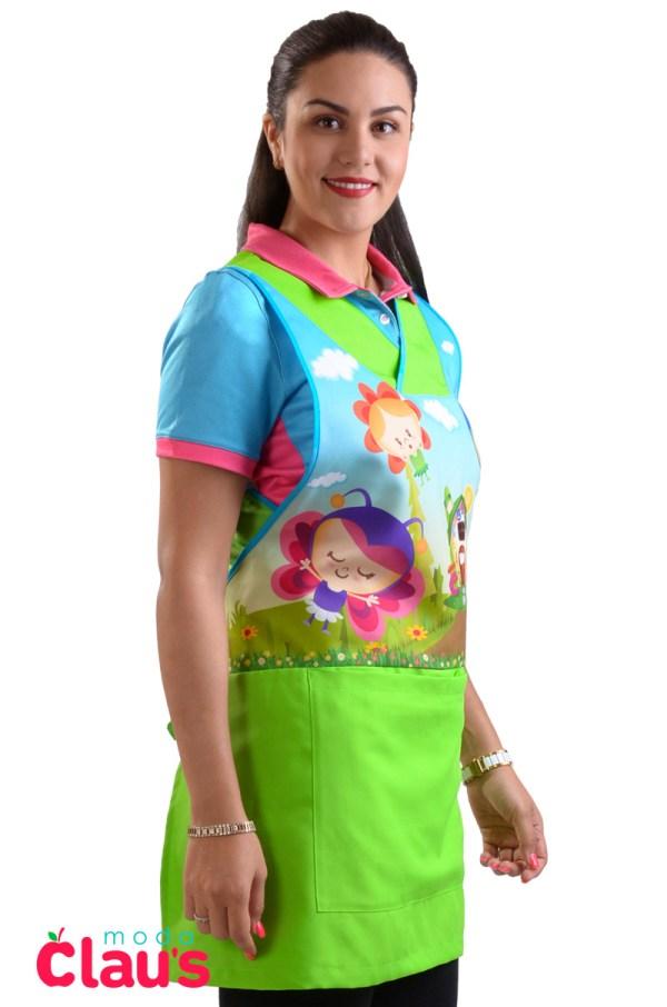 costado de uniforme para maestra de preescolar color verde frente