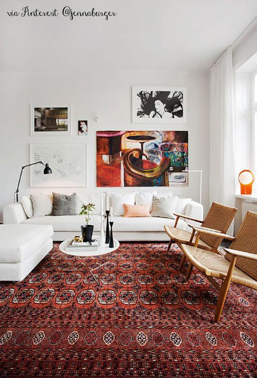 immagine di soggiorno con divani bianchi e tappeto classico marsala 18-1438