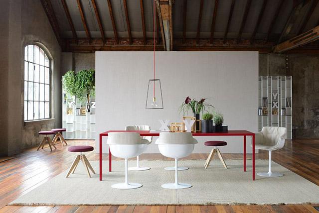 MDF italia Tavolo Tense rosso con sedie bianche.
