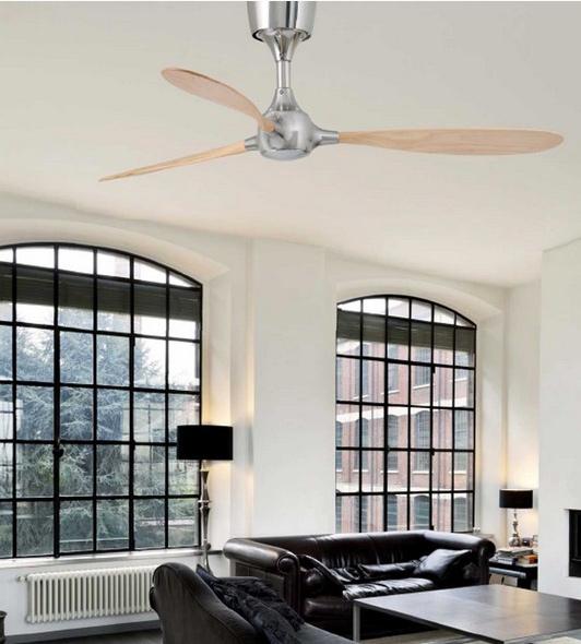 Ventilatore senza luce in legno e metallo in ambiente moderno.