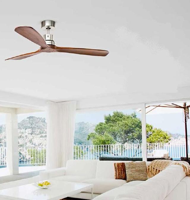 Salotto con ventilatore a soffitto senza luce e in legno.